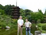 香山公園内の瑠璃光寺五重塔にて。