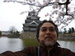 松本城をバックに自分で撮ってみました。サクラもちらっと入ってええ感じ!
