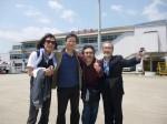 大分空港に到着! メンバーとプロデューサーの渡辺さん。やっぱり滝ちゃん、ここでもスーツ姿!